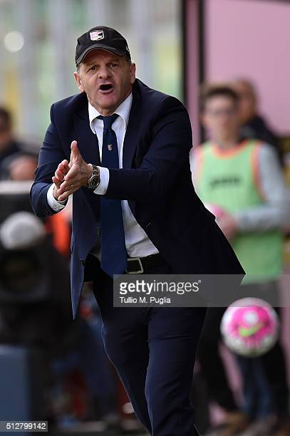 Head coach Giuseppe Iachini of Palermo supports his team during the Serie A match between US Citta di Palermo and Bologna FC at Stadio Renzo Barbera...