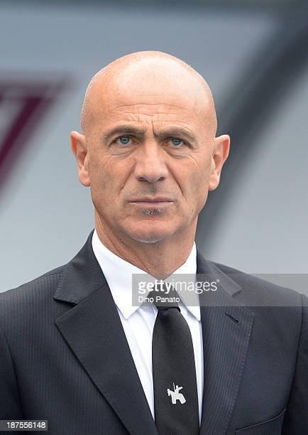 Head coach Giuseppe Sannino of Chievo looks on during the Serie A match between AC Chievo Verona and AC Milan at Stadio Marc'Antonio Bentegodi on...