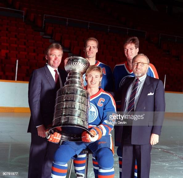 Head Coach Glen Sather Mark Messier Kevin Lowe Captain Wayne Gretzky and Owner Peter Pocklington of the Edmonton Oilers pose for a photo with the...