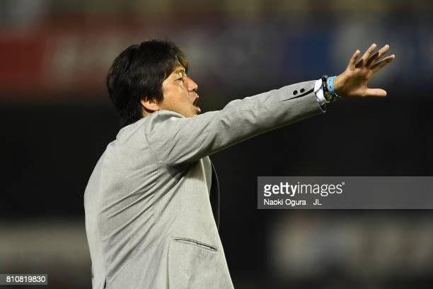 Head coach Hiroshi Nanami of Jubilo Iwata gives instruction during the JLeague J1 match between Jubilo Iwata and Ventforet Kofu at Yamaha Stadium on...