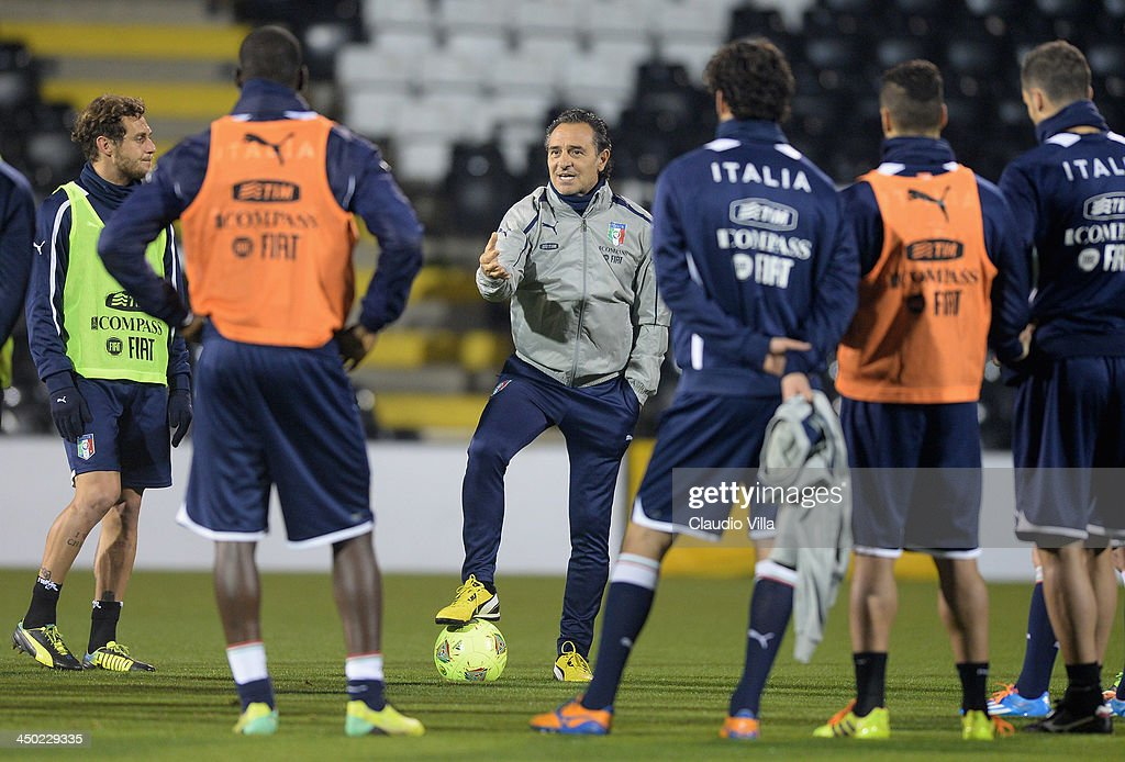 Head coach Italy Cesare Prandelli speaks to his players during a training session at Craven Cottage on November 17, 2013 in London, England.