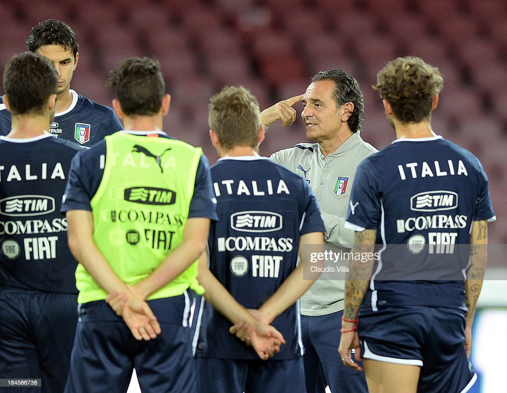 Head coach Italy Cesare Prandelli (C) speaks to his players during a training session on October 14, 2013 in Naples, Italy.