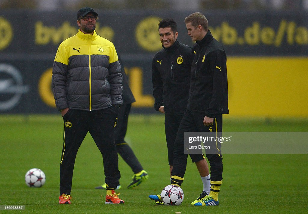 Head coach Juergen Klopp speaks with Nuri Sahin and Sven Bender during a Borussia Dortmund training session ahead of the UEFA Champions League Group...