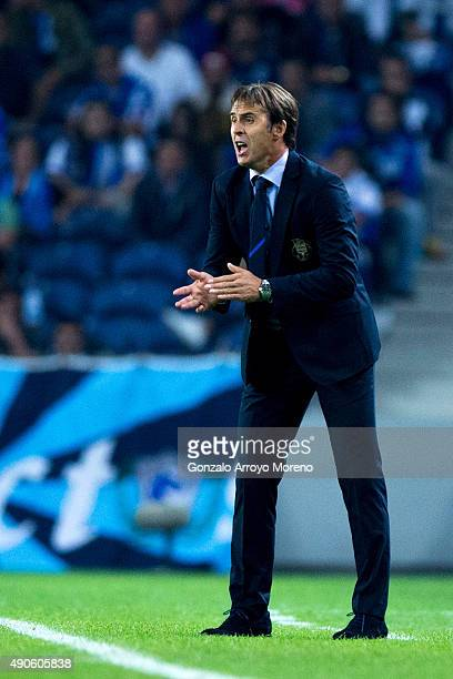 Head coach Julen Lopetegui of FC Porto encourages his team during the UEFA Champions League Group G match between FC Porto and Chelsea FC at Estadio...