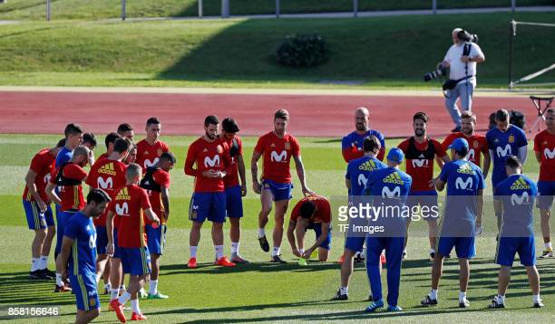 Head coach Julen Lopetegui of Spain speak with the players during a training session on October 4 2017 in Madrid Spain