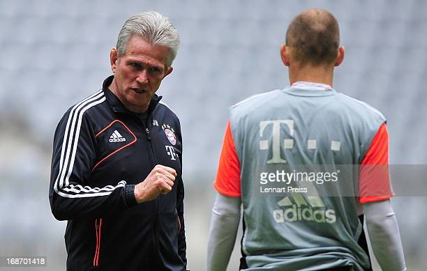 Head coach Jupp Heynckes of Muenchen talks to Arjen Robben during a training session during the UEFA Champions League Finalist Media Day at Allianz...