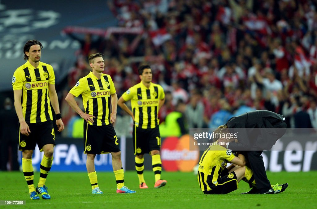Head Coach Jurgen Klopp of Borussia Dortmund (R) consoles his players after losing the UEFA Champions League final against Borussia Dortmund at Wembley Stadium on May 25, 2013 in London, United Kingdom.