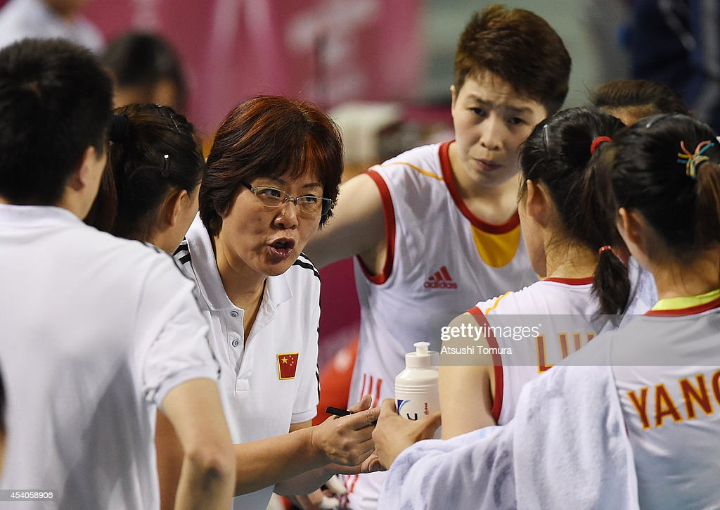 Head coach Lang Ping of China speaks to her players during the FIVB World Grand Prix Final group one match between Russia and China on August 24, 2014 in Tokyo, Japan.