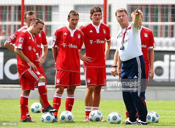 Head coach Louis van Gaal gestures while Franck Ribery Ivica Olic Miroslav Klose and Mario Gomez look on during the FC Bayern Muenchen training...