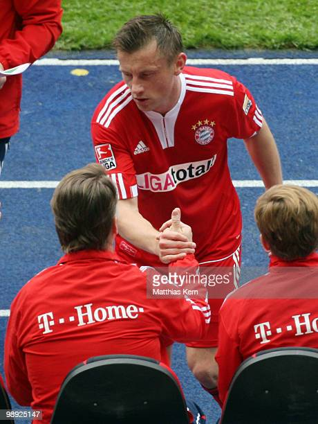 Head coach Louis van Gaal of Muenchen and Ivica Olic shake hands during the Bundesliga match between Hertha BSC Berlin and FC Bayern Muenchen at...