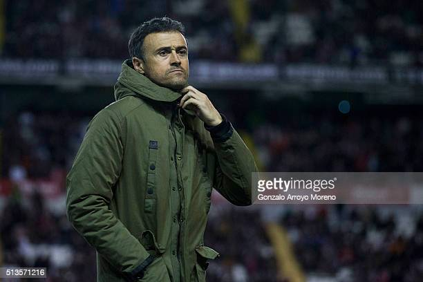Head coach Luis Enrique Martinez of FC Barcelona fits his coat as he walks to the bench prior to start the La Liga match between Rayo Vallecano de...