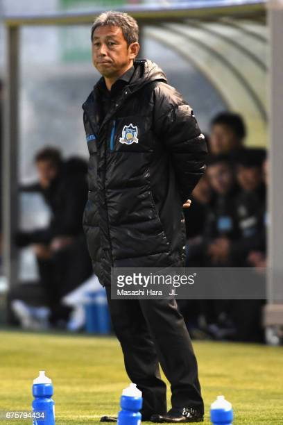 Head coach Makoto Kitano of Kamatamare Sanuki looks on during the JLeague J2 match between Matsumoto Yamaga and Kamatamare Sanuki at Matsumotodaira...