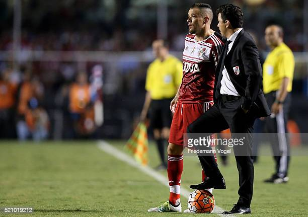 Head coach Marcelo Gallardo of River Plate gives advise to Andres D Alessandro during a match between Sao Paulo and River Plate as part of Group 1 of...