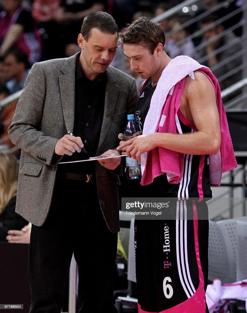 Head coach Michael Koch gives advice to Johannes Strasser of Basket during the Beko Basketball Bundesliga game between Telekom Baskets and Giants...