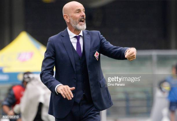 Head coach of ACF Fiorentina Stefano Pioli gestures during the Serie A match between AC Chievo Verona and ACF Fiorentina at Stadio Marc'Antonio...