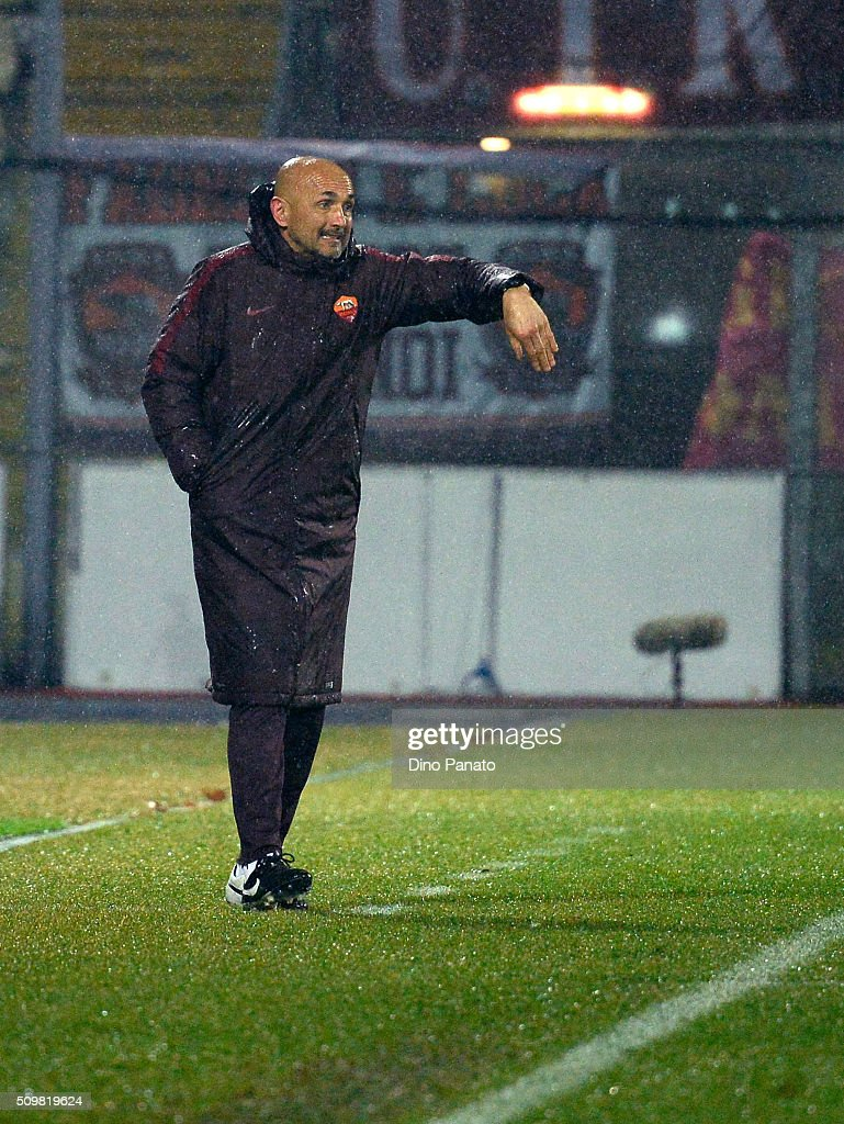 Head coach of AS Roma <a gi-track='captionPersonalityLinkClicked' href=/galleries/search?phrase=Luciano+Spalletti&family=editorial&specificpeople=708667 ng-click='$event.stopPropagation()'>Luciano Spalletti</a> gestures during the Serie A match between Carpi FC and AS Roma at Alberto Braglia Stadium on February 12, 2016 in Modena, Italy.
