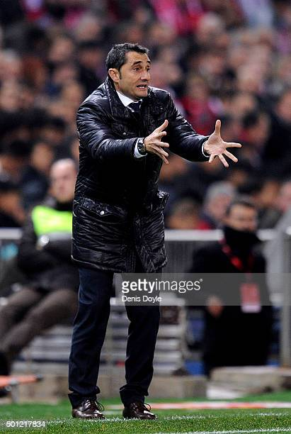Head coach of Club Athletic Ernesto Valverde reacts during the La Liga match between Club Atletico de Madrid and Athletic Club at Vicente Calderon...