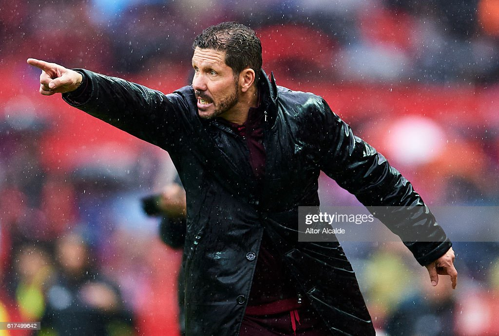 Head coach of Club Atletico de Madrid Diego Pablo Simeone gives instructions during the match between Sevilla FC vs Club Atletico de Madrid as part of La Liga at Estadio Ramon Sanchez Pizjuanon October 23, 2016 in Seville, Spain.
