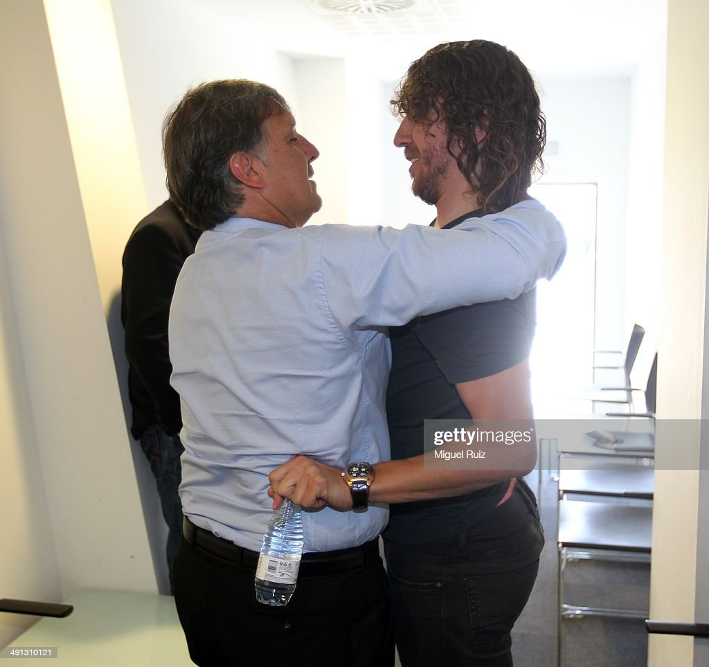 Head coach of FC Barcelona Gerardo Tata Martino talks with <a gi-track='captionPersonalityLinkClicked' href=/galleries/search?phrase=Carles+Puyol&family=editorial&specificpeople=211383 ng-click='$event.stopPropagation()'>Carles Puyol</a> (R) during the farewell press conference as Puyol leaves FC Barcelona at the Auditorium 1899 on May 15, 2014 in Barcelona, Spain.