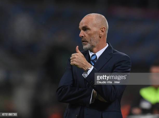 Head coach of FC Internazionale Stefano Pioli gestures during the Serie A match between FC Internazionale and SSC Napoli at Stadio Giuseppe Meazza on...