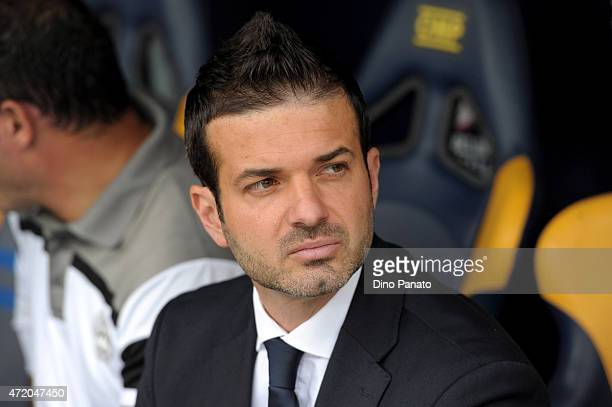 Head coach of Udinese Andrea Stramaccioni looks on during the Serie A match between Hellas Verona FC and Udinese Calcio at Stadio Marc'Antonio...