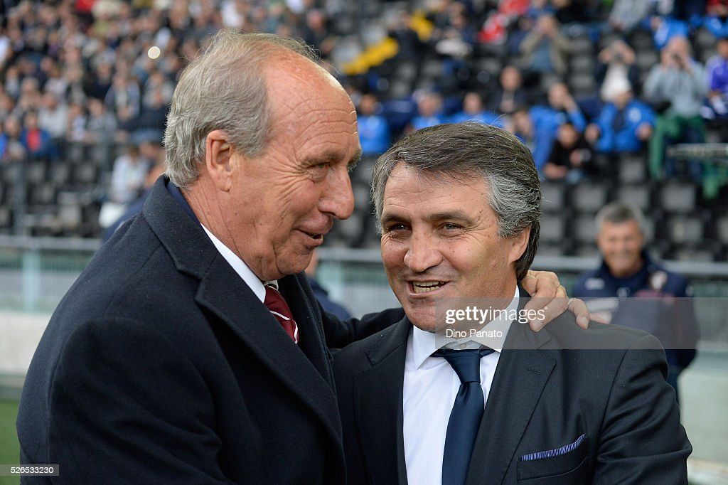 Head coach of Udinese Luigi De Canio(R) shakes hands with head coach of Torino FC Giampiero Ventura during the Serie A match between Udinese Calcio and Torino FC at Dacia Arena on April 30, 2016 in Udine, Italy.