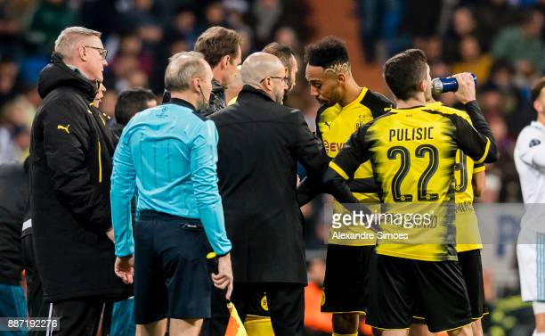 Head coach Peter Bosz of Borussia Dortmund together with Christian Pulisic and PierreEmerick Aubameyang during the UEFA Champions League match...