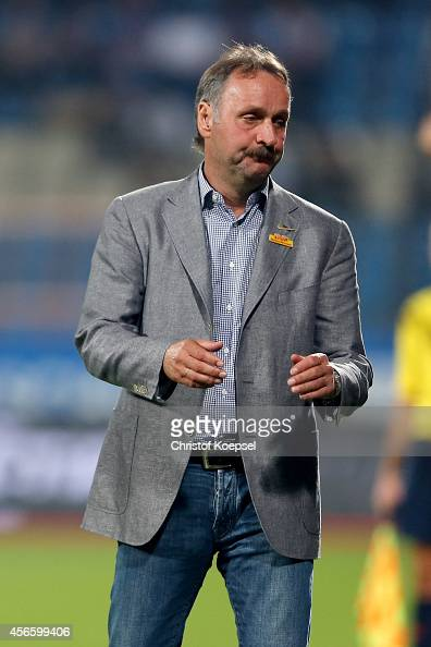 Head coach Peter Neururer of Bochum looks dejected during the Second Bundesliga match between VfL Bochum and 1 FC Nuernberg at Rewirpower Stadium on...