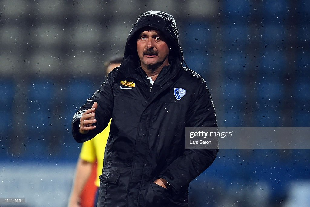 Head coach Peter Neururer of Bochum reacts during the Second Bundesliga match between VfL Bochum and 1 FC Union Berlin at Rewirpower Stadium on...