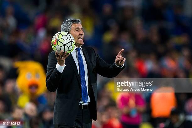 Head coach Quique Setien of UD Las Palmas gives instructions during the La Liga match between UD Las Palmas and Real Madrid CF at Estadio de Gran...