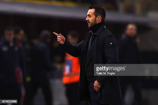 Head coach Roberto De Zerbi of Palermo in action during the Serie A match between Bologna FC and US Citta di Palermo at Stadio Renato Dall'Ara on...
