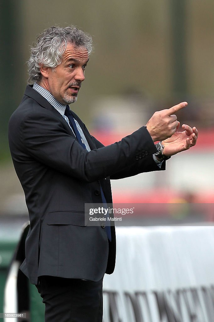Head coach <a gi-track='captionPersonalityLinkClicked' href=/galleries/search?phrase=Roberto+Donadoni&family=editorial&specificpeople=654860 ng-click='$event.stopPropagation()'>Roberto Donadoni</a> of Parma shouts instructions to his players during the Serie A match between AC Siena and Parma FC at Stadio Artemio Franchi on April 7, 2013 in Siena, Italy.