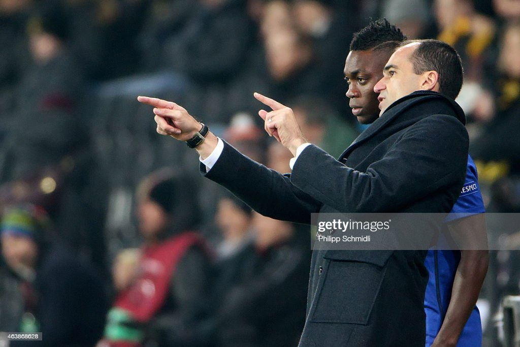 Head coach Roberto Martinez of Everton FC speaks with Christian Atsu during the UEFA Europa League Round of 32 match between BSC Young Boys and Everton FC at Stade de Suisse, Wankdorf on February 19, 2015 in Bern, Switzerland.