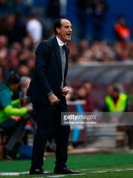 Head coach Salvador alias Voro Gonzalez gives instructions during the La Liga match between Club Atletico de Madrid and Valencia CF at Estadio...