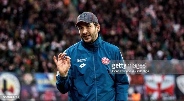 Head coach Sandro Schwarz of 1 FSV Mainz 05 gestures during the Bundesliga match between RB Leipzig and 1 FSV Mainz 05 at Red Bull Arena on December...
