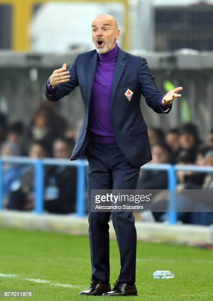head coach Stefano Pioli of ACF Fiorentina gestures during the Serie A match between Spal and ACF Fiorentina at Stadio Paolo Mazza on November 19...