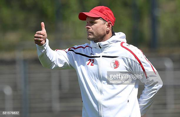 Head coach Steffen Baumgart of Berlin gestures during the Regionalliga Nordost match between Berliner AK and ZFC Meuselwitz at Poststadion on May 15...