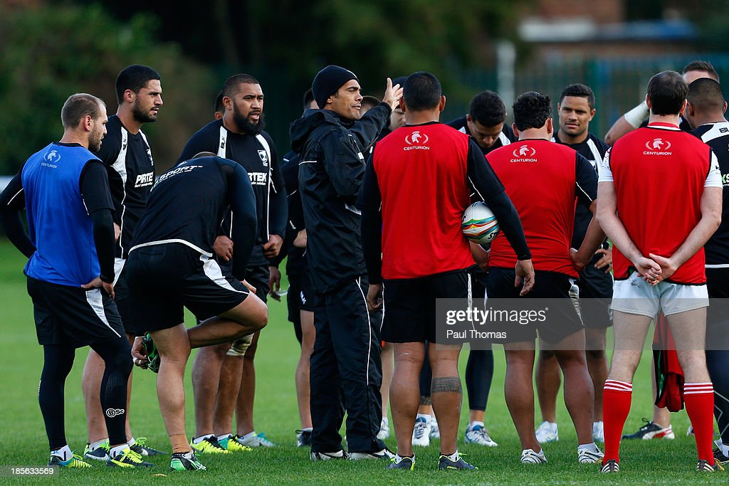Head coach <a gi-track='captionPersonalityLinkClicked' href=/galleries/search?phrase=Stephen+Kearney&family=editorial&specificpeople=171905 ng-click='$event.stopPropagation()'>Stephen Kearney</a> (C) of New Zealand speaks to his team during the New Zealand training session at St Helens Rugby League Cowley training complex on October 23, 2013 in St Helens, England.