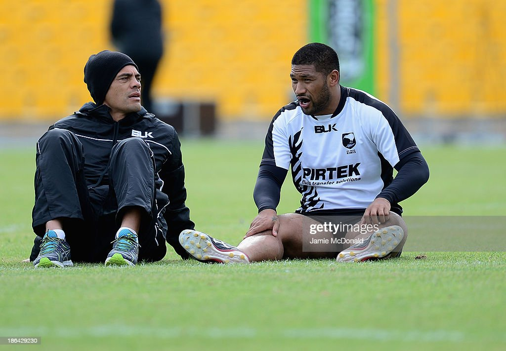 Head coach Stephen Kearney of New Zealand talks with Frank-Paul Nuuausala during a New Zealand Catains Run at the Parc des Sports Stadium on October 31, 2013 in Avignon, France.