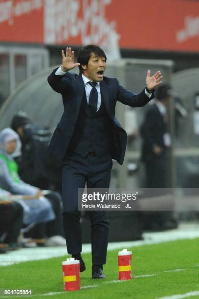 Head coach Takahiro Shimotaira of Kashiwa Reysol gestures during the JLeague J1 match between Omiya Ardija and Kashiwa Reysol at NACK 5 Stadium Omiya...