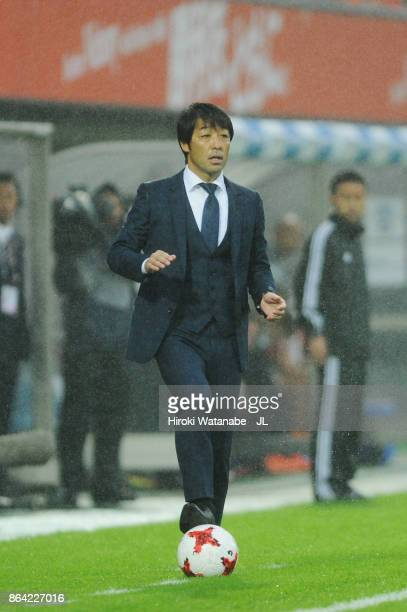 Head coach Takahiro Shimotaira of Kashiwa Reysol looks on during the JLeague J1 match between Omiya Ardija and Kashiwa Reysol at NACK 5 Stadium Omiya...