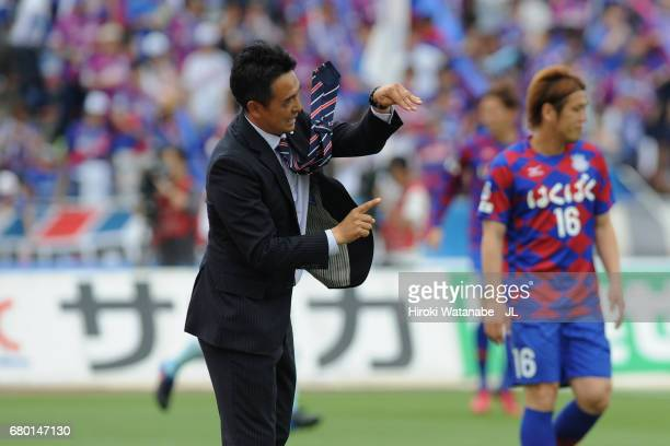 Head coach Tatsuma Yoshida of Ventforet Kofu gestures during the JLeague J1 match between Ventforet Kofu and Jubilo Iwata at Yamanashi Chuo Bank...