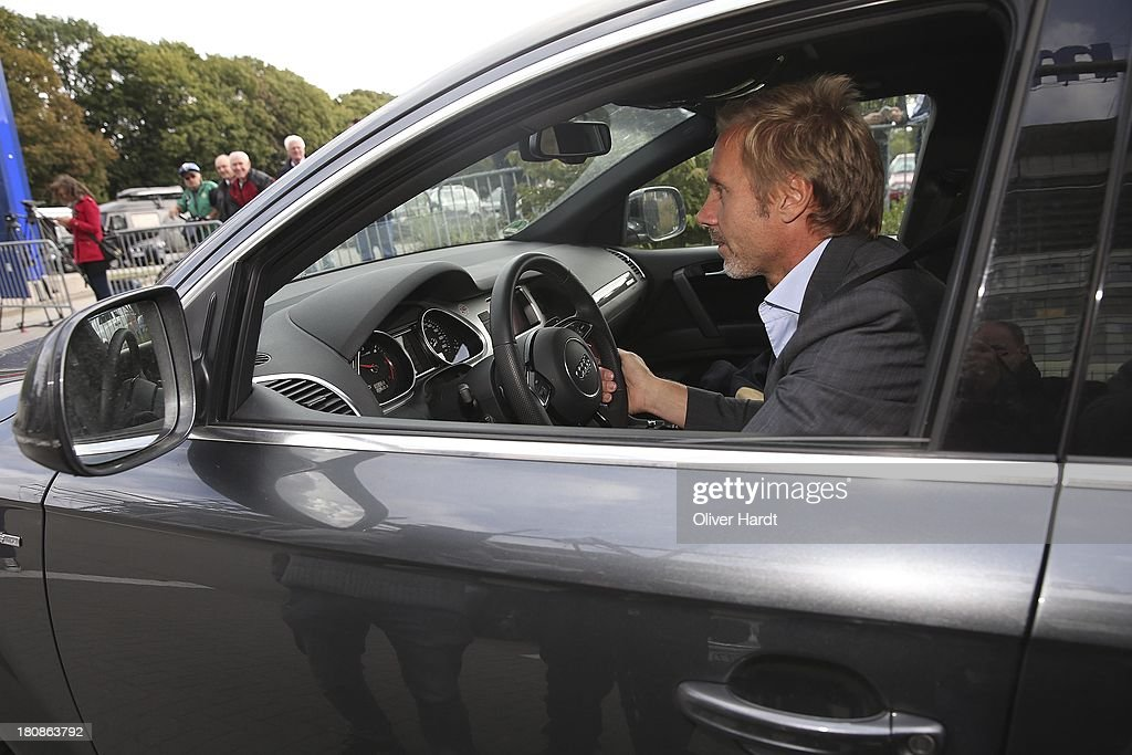Head coach <a gi-track='captionPersonalityLinkClicked' href=/galleries/search?phrase=Thorsten+Fink&family=editorial&specificpeople=2381735 ng-click='$event.stopPropagation()'>Thorsten Fink</a>s leaves after his suspension the Imtech Arena on September 17, 2013 in Hamburg, Germany.