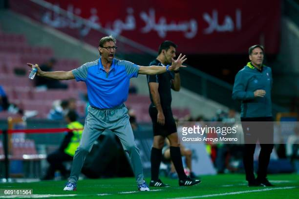 Head coach Tony Adams of Granada CF gives instructions ahead coach Eduardo Berizzo of RC Celta de Vigo during the La Liga match between Granada CF...