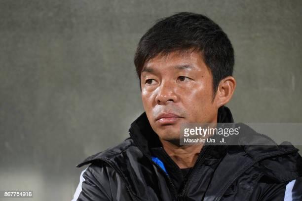 Head coach Toru Oniki of Kawasaki Frontale looks on prior to the JLeague J1 match between Kashiwa Reysol and Kawasaki Frontale at Hitachi Kashiwa...