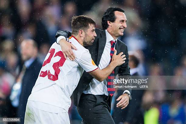 Head coach Unai Emery of Sevilla celebrates winning with Coke during the UEFA Europa League Final between Liverpool and Sevilla at St JakobPark on...
