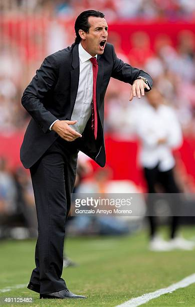 Head coach Unai Emery of Sevilla FC gives instructions during the La Liga match between Sevilla FC and FC Barcelona at Estadio Ramon Sanchez Pizjuan...