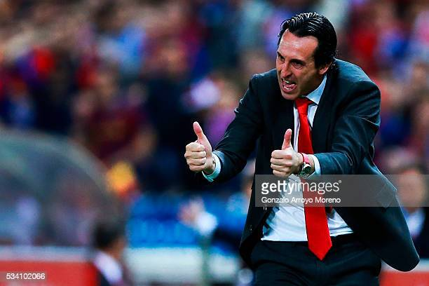Head coach Unai Emery of Sevilla FC gives instructions during the Copa del Rey Final match between FC Barcelona and Sevilla FC at Vicente Calderon...
