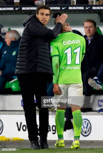 Head coach Valerien Ismael of VfL Wolfsburg hugs Daniel Didavi of VfL Wolfsburg during the Bundesliga match between VfL Wolfsburg and Werder Bremen...