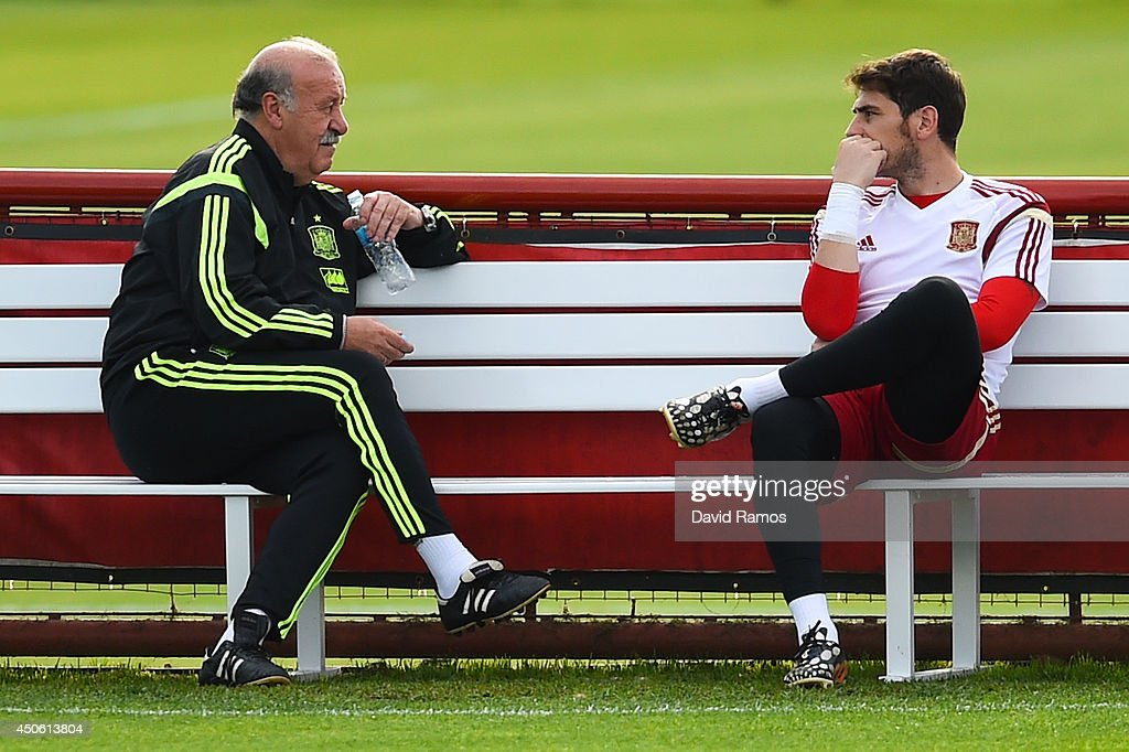 Head coach Vicente Del Bosque chats with <a gi-track='captionPersonalityLinkClicked' href=/galleries/search?phrase=Iker+Casillas&family=editorial&specificpeople=215446 ng-click='$event.stopPropagation()'>Iker Casillas</a> of Spain of Spain during a Spain training session at Centro de Entrenamiento do Caju on June 14, 2014 in Curitiba, Brazil.